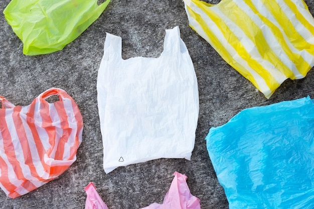 Kleurrijke plastic zakken op de achtergrond van de cementvloer