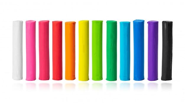 Kleurrijke plasticine die op witte achtergrond wordt geïsoleerd. kleuren van boetseerklei. (uitknippad)