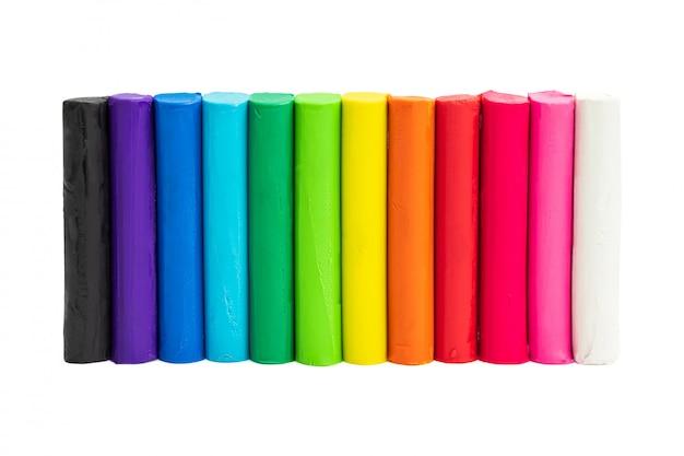 Kleurrijke plasticine die op witte achtergrond wordt geïsoleerd
