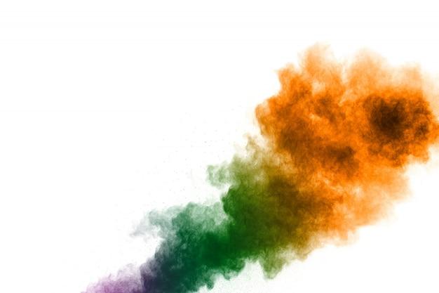 Kleurrijke poederexplosie op witte achtergrond. spatten van stofdeeltjes in pastelkleuren.