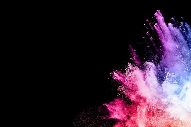 Kleurrijke poederexplosie op zwarte achtergrond.