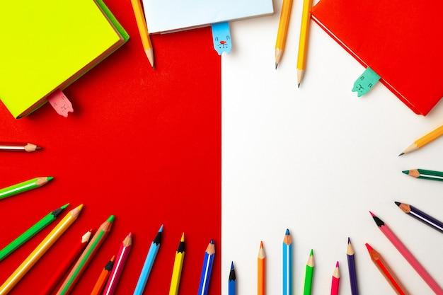 Kleurrijke potloden en blocnotes op papier