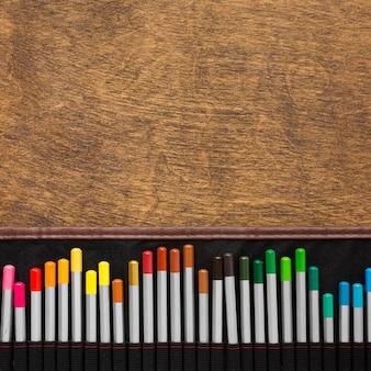 Kleurrijke potloden en kopie ruimte houten achtergrond