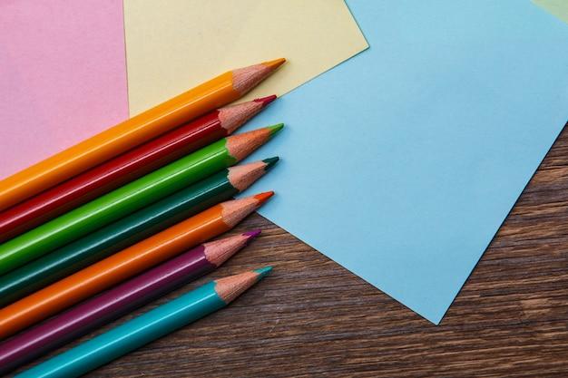 Kleurrijke potloden en memostickers