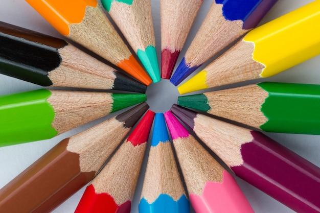 Kleurrijke potloden gerangschikt in een cirkel close-up