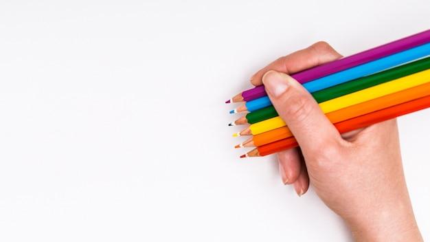 Kleurrijke potloden in de hand