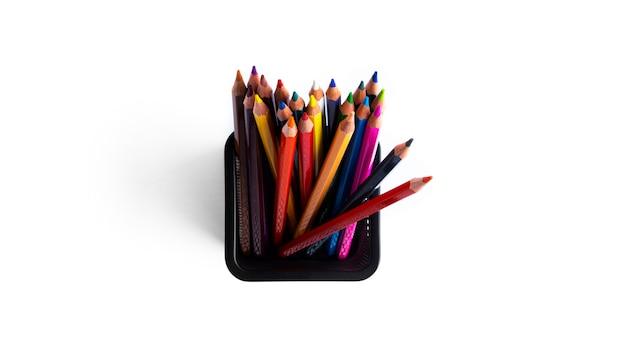 Kleurrijke potloden in de organizer zijn geïsoleerd op een witte achtergrond. hoge kwaliteit foto