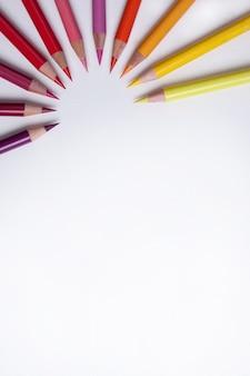 Kleurrijke potloden in een cirkel