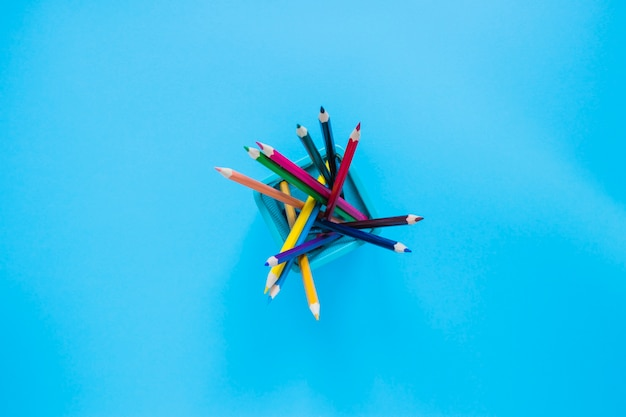 Kleurrijke potloden in potloodpot