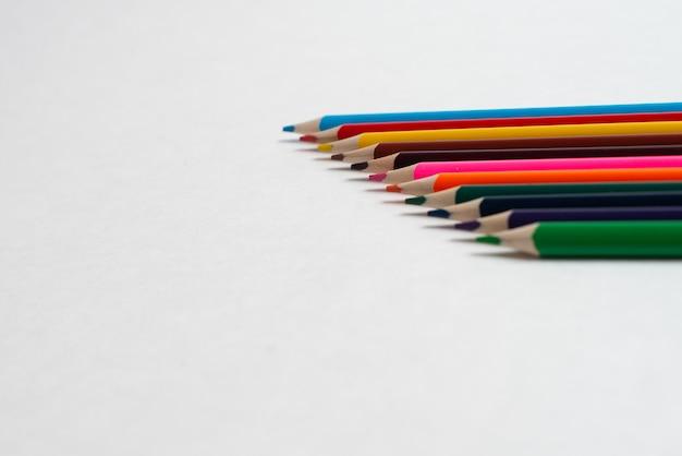 Kleurrijke potloden op de witte achtergrond, voor kinderen tekenen