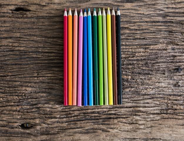 Kleurrijke potloden op houten tafel. bovenaanzicht