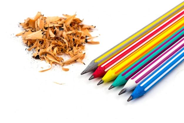 Kleurrijke potlood en stuiverpotloden op wit