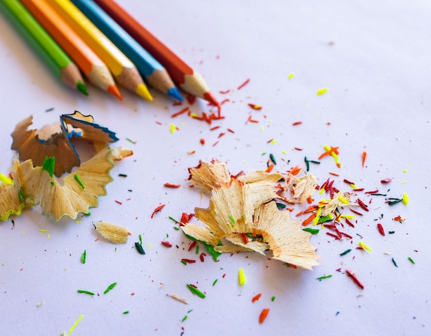 Kleurrijke potlood op wit papier
