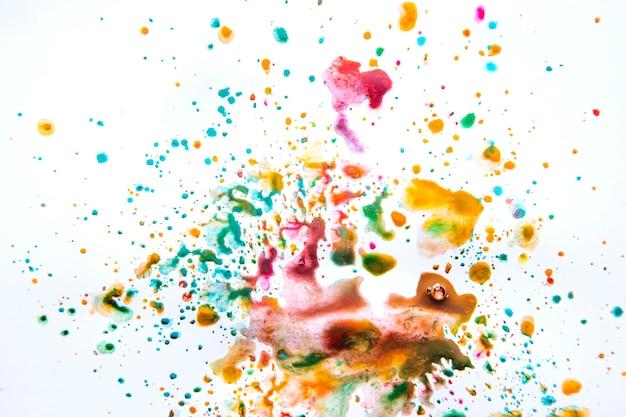 Kleurrijke puinhoop van waterverf op wit