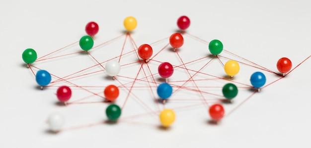 Kleurrijke pushpins met draad voor routekaart