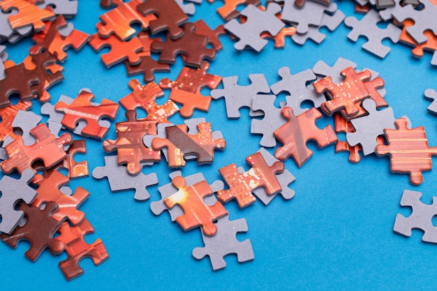 Kleurrijke puzzel op blauwe achtergrond