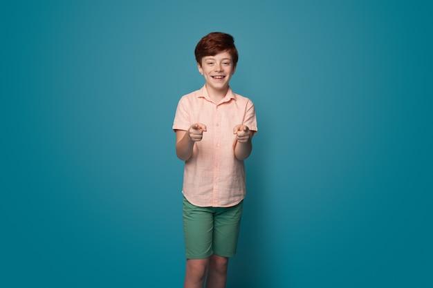 Kleurrijke reclamefoto op rode achtergrond gelukkig jeugdconcept jeugd lifestyle concept adv...