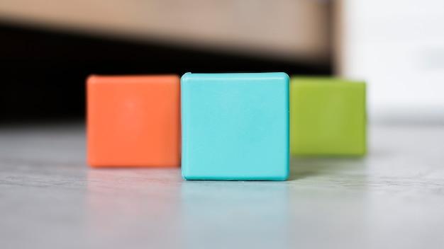 Kleurrijke reeks kubussen op vloer