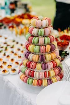 Kleurrijke reep met macarons op een feestje