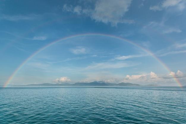 Kleurrijke regenboog in de zee