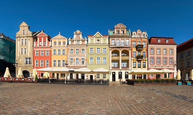 Kleurrijke renaissancegevels van oude gebouwen op het maket-vierkant in poznan