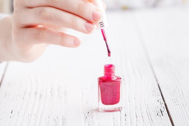 Kleurrijke rode collectie nagelontwerpen voor zomer en lente. manicure concept