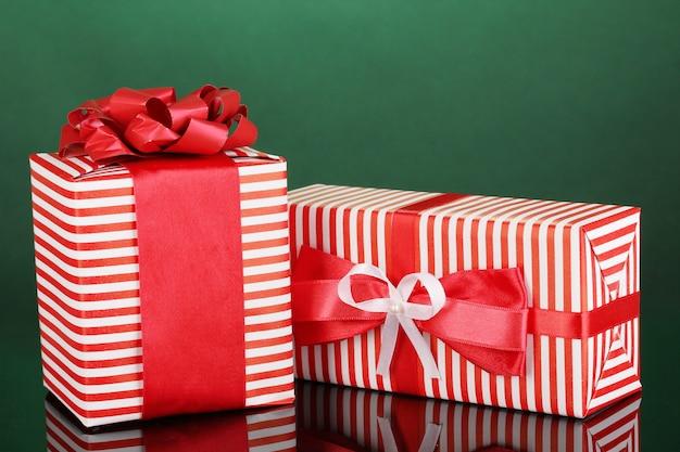 Kleurrijke rode geschenken op groene achtergrond