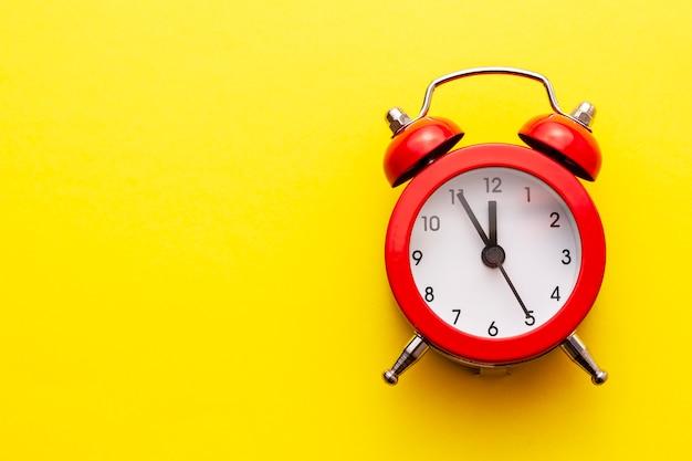 Kleurrijke rode traditionele wekker met klokken