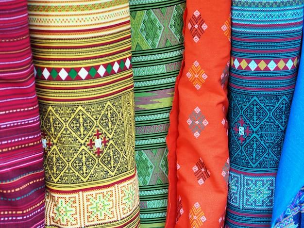 Kleurrijke rollen van de achtergronden van het stoffenpatroon.