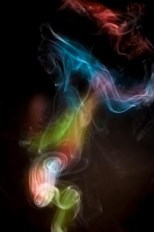 Kleurrijke rook op zwarte achtergrond.