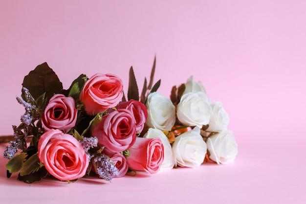 Kleurrijke roos geïsoleerd op roze achtergrond
