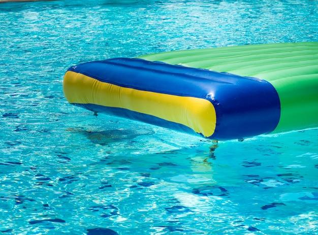 Kleurrijke rubberen vlotten die in het zwembad drijven.