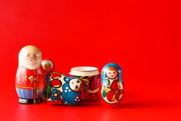 Kleurrijke russische nestelende poppen matreshka
