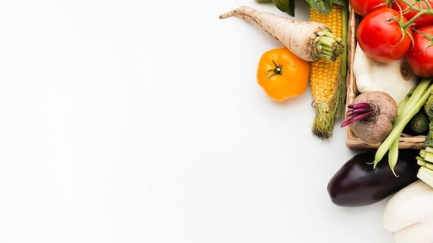 Kleurrijke samenstelling van groenten met exemplaarruimte