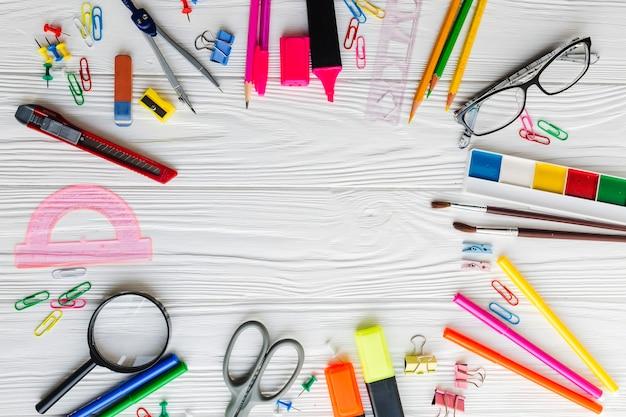 Kleurrijke samenstelling van schoolmaterialen