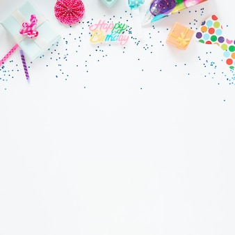 Kleurrijke samenstelling van verjaardagsitems met exemplaarruimte
