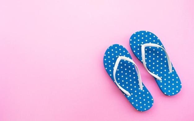 Kleurrijke sandalen op kleur ruimte achtergrond