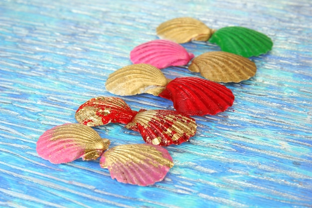 Kleurrijke schelpen op heldere tafel