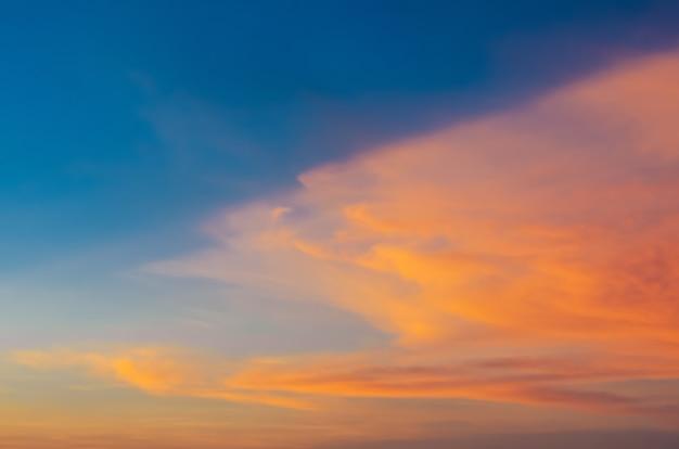 Kleurrijke schemerblauwe en oranje lucht