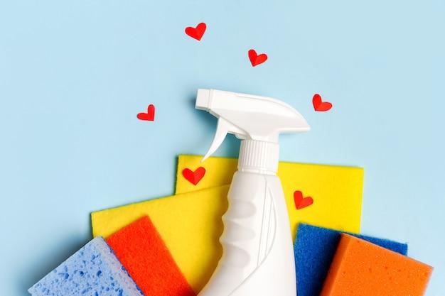 Kleurrijke schoonmaakset voor verschillende oppervlakken in keuken, badkamer en andere kamers met rode harten