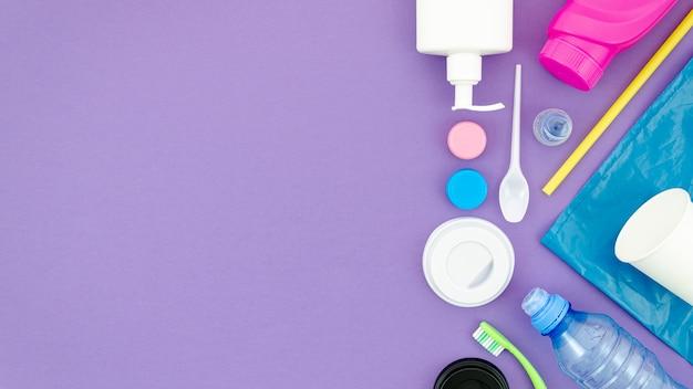 Kleurrijke schotel op paarse achtergrond met kopie-ruimte