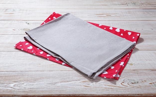 Kleurrijke servetten, theedoeken op wit bureaublad
