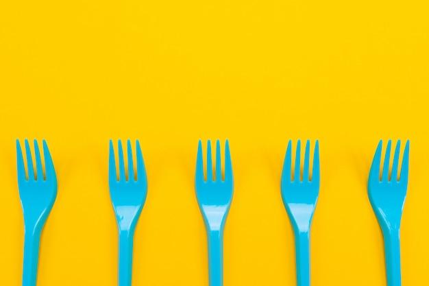 Kleurrijke set van levendige vorken en mes geïsoleerd op zwart