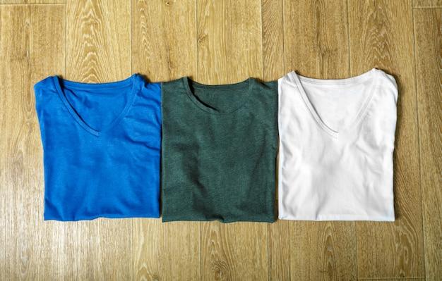 Kleurrijke shirts op tafel