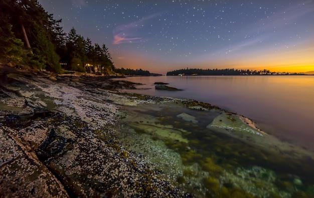 Kleurrijke shore at night met sterren