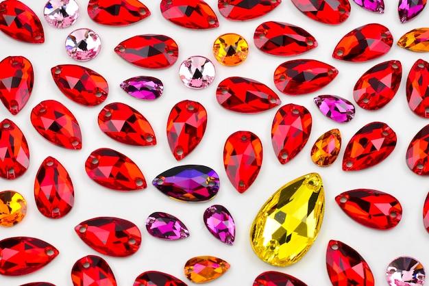 Kleurrijke sieradensteen om te naaien. formulier neerzetten.