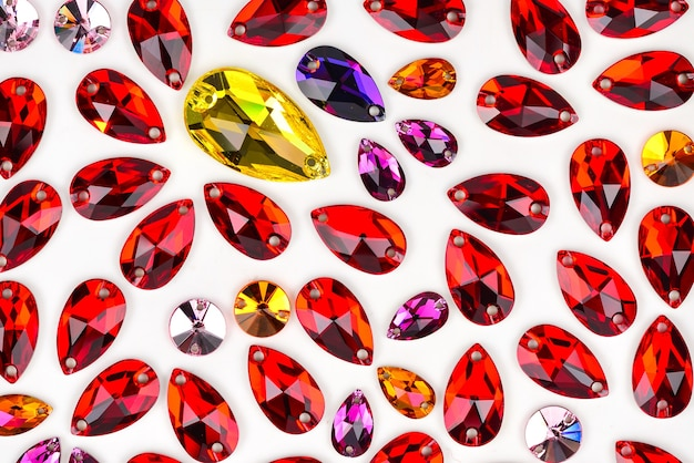Kleurrijke sieradensteen om te naaien. vorm laten vallen.