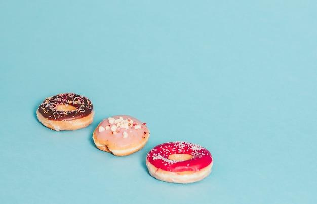 Kleurrijke smakelijke geglazuurde donut met hagelslag