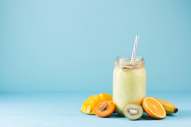 Kleurrijke smoothie en fruitachtergrond