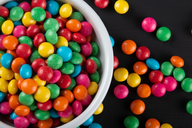 Kleurrijke snoep. kleurrijke snoepjes achtergrond. zwarte achtergrond.